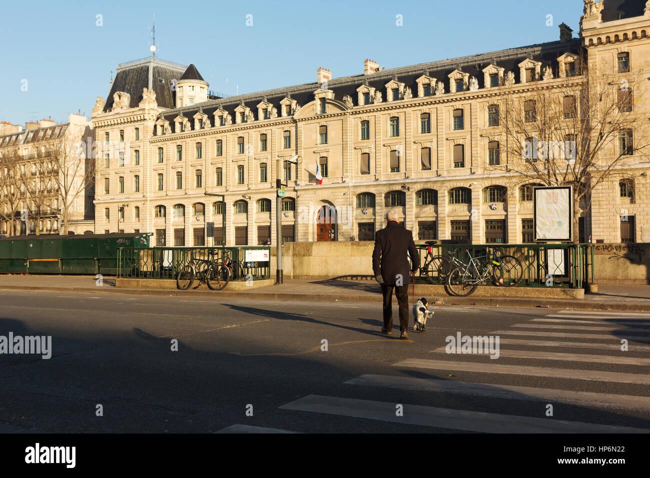 París, Francia - 19 de enero de 2017 : El antiguo hombre camina por las calles de París con su perro por Imagen De Stock