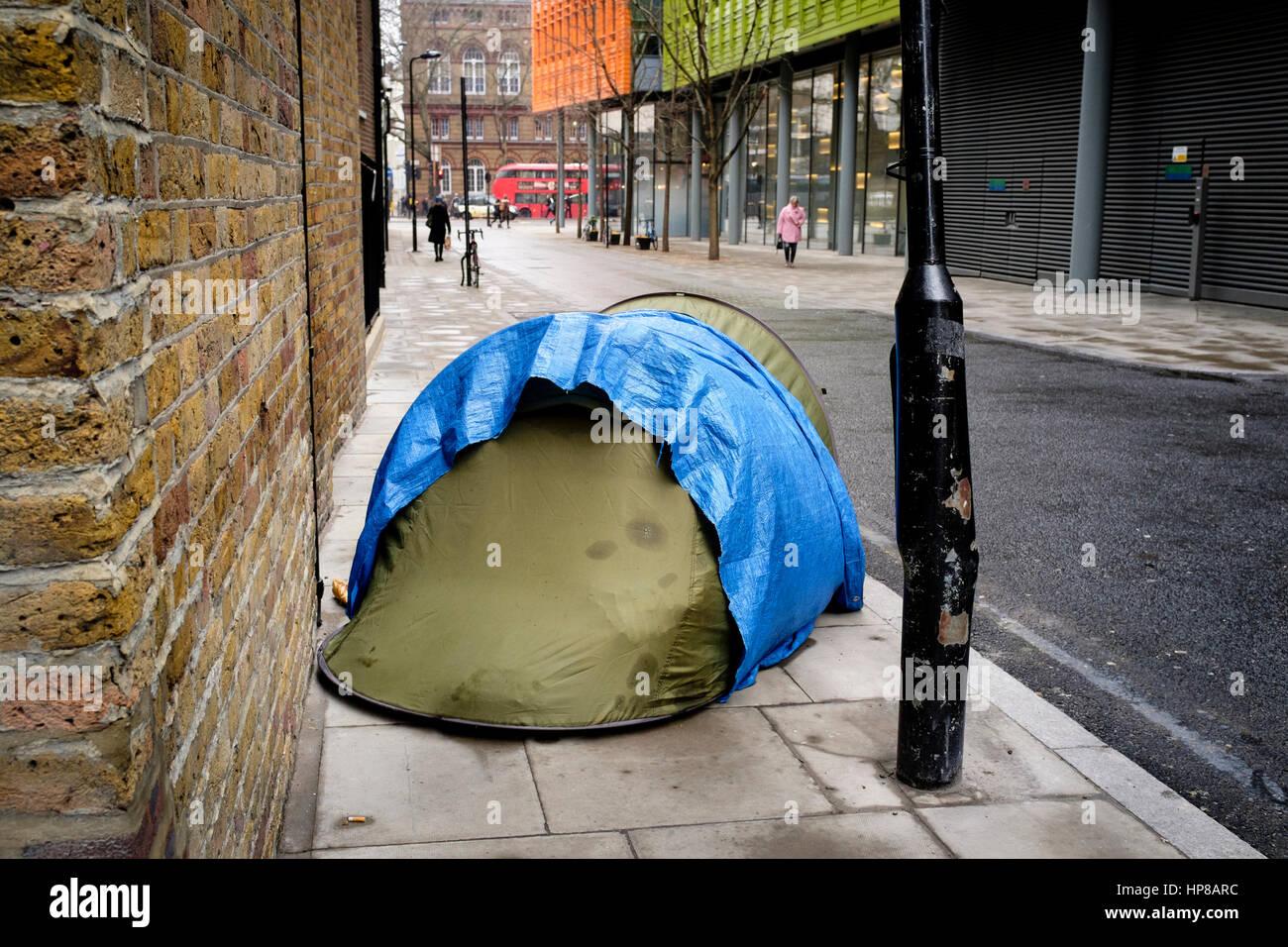 Tienda lanzó en central London Street ofrece un refugio para personas sin hogar de la ciudad. Foto de stock