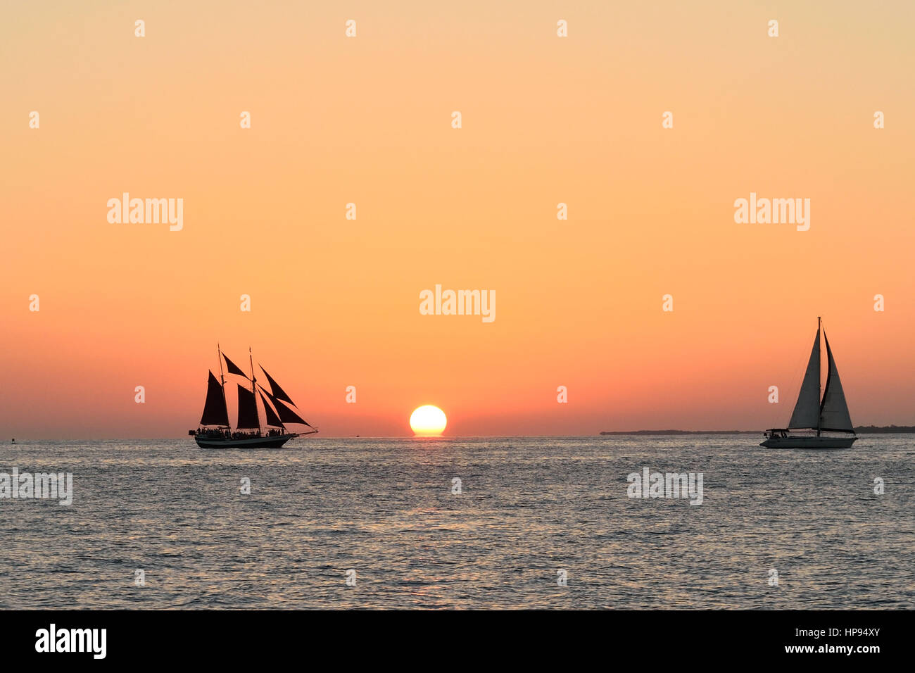 Veleros en frente de un hermoso atardecer de Key West. Tomado de Malory Square Imagen De Stock