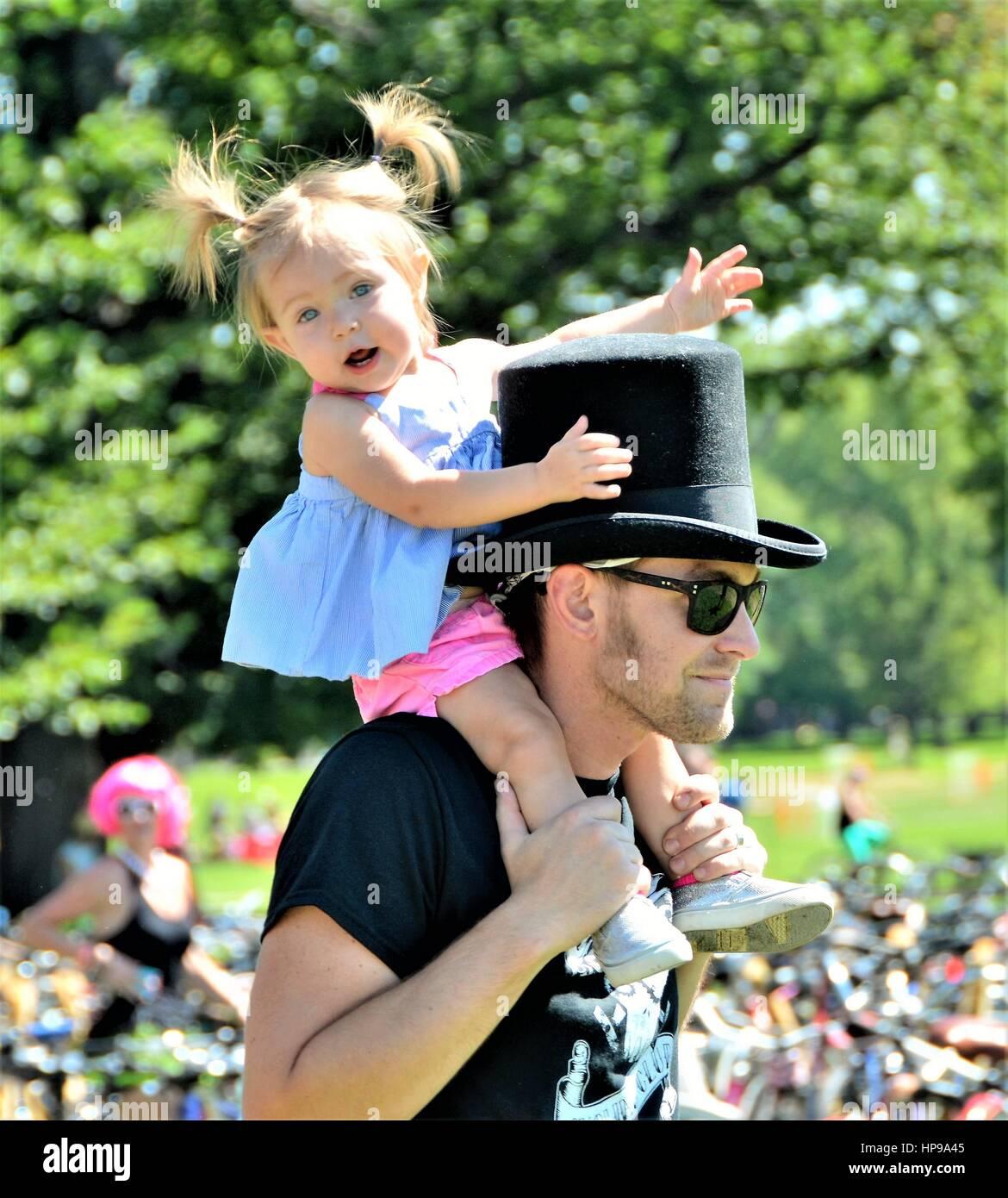 Padre e hija divirtiéndonos juntos Imagen De Stock
