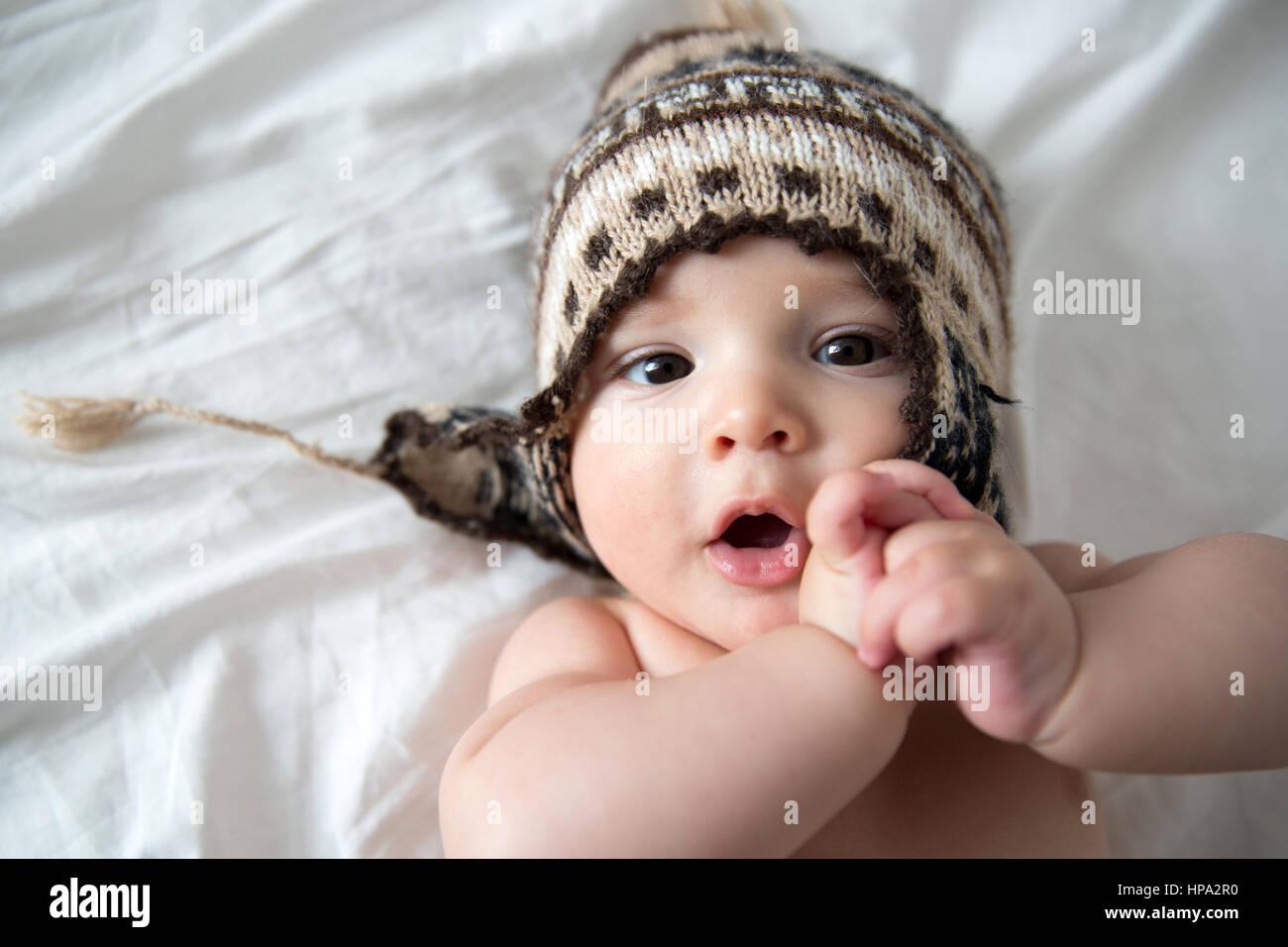 Un bebé de cuatro meses la joven viste un sombrero de alpaca chullo Imagen  De Stock a13906f34b9