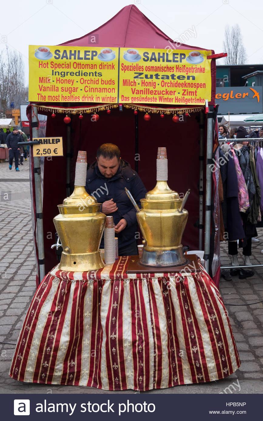 Copa Calada Sahlep de Oriente Medio a fin de semana Mauer Park mercado el domingo en Prenzlauer Berg de Berlín, Imagen De Stock