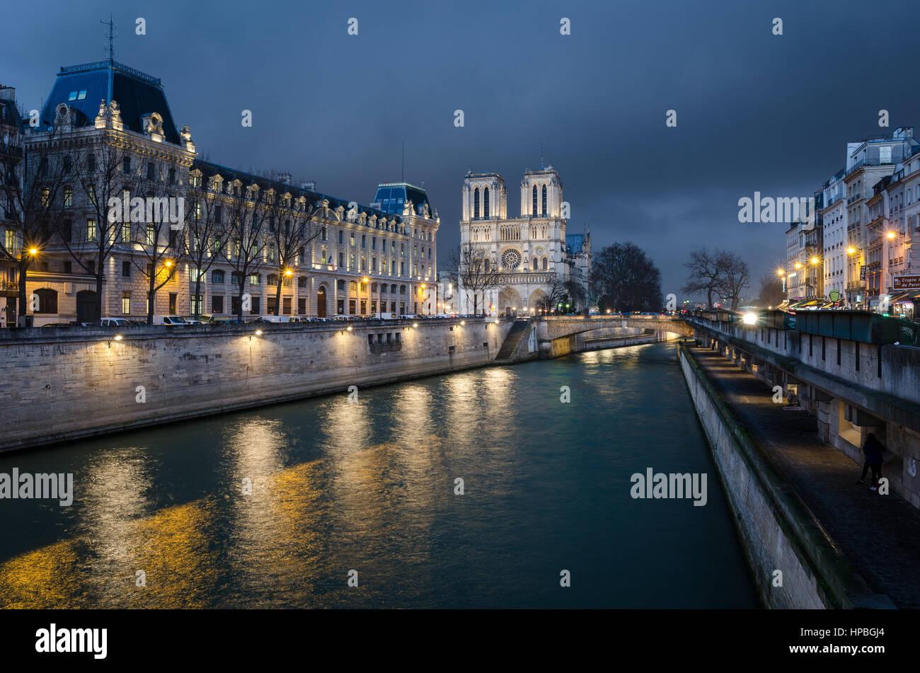 Notre-Dame de París y el río Sena en hora azul Foto de stock