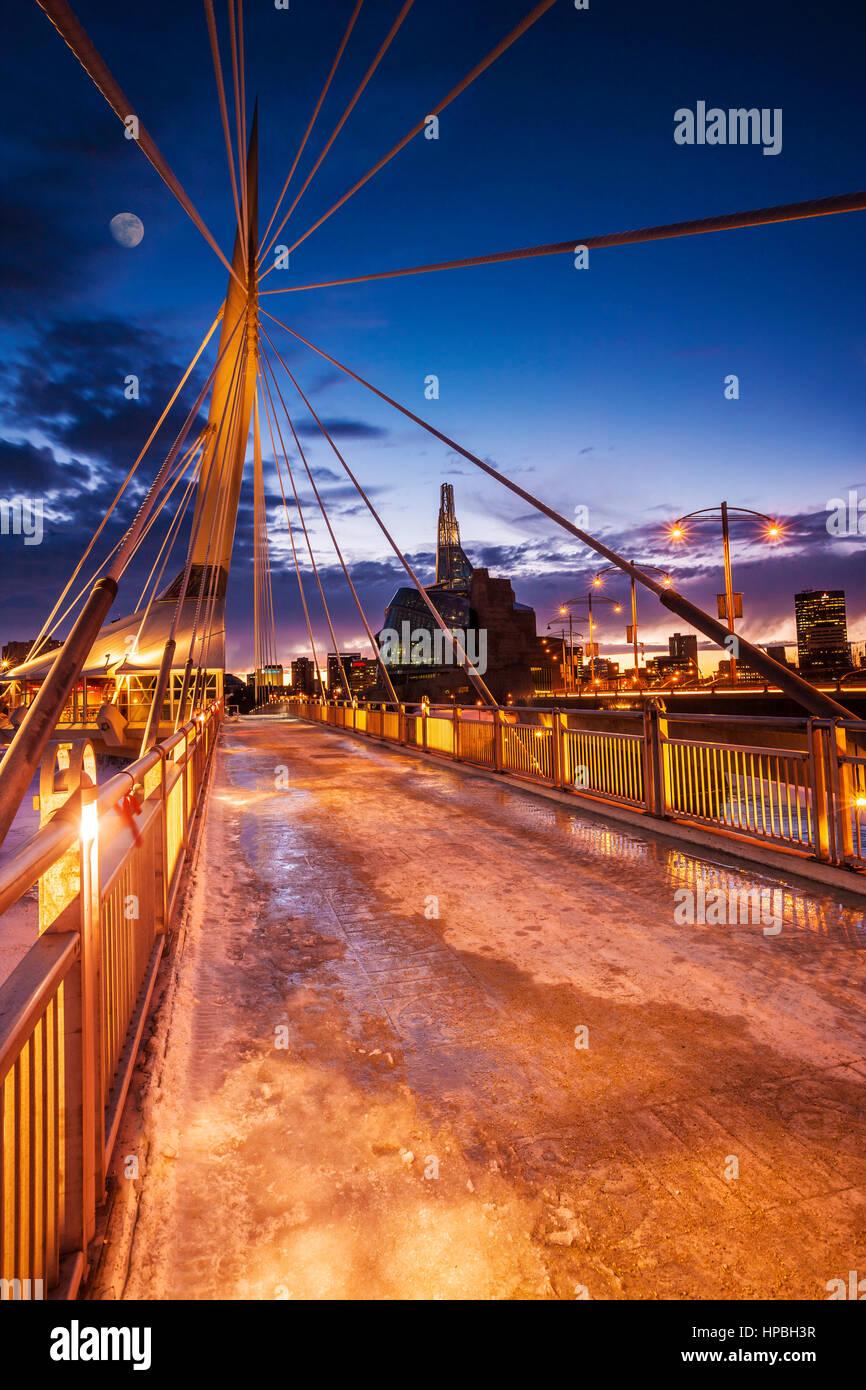 La Provencher Puente y Museo de los Derechos Humanos en Winnipeg en la noche Foto de stock
