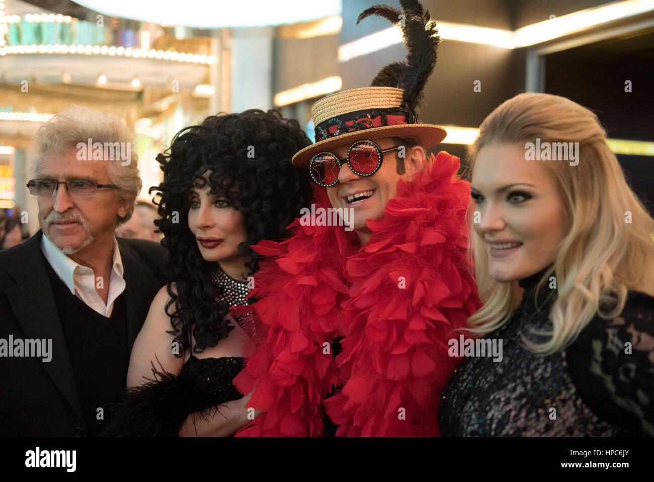 Las Vegas, EE.UU. 20 Feb, 2017. Cher imitador Heidi Thompson, segunda desde la izquierda, Elton John imitador Sironen Imagen De Stock