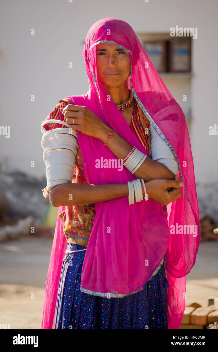 Colourful Sari Imágenes De Stock & Colourful Sari Fotos De Stock - Alamy