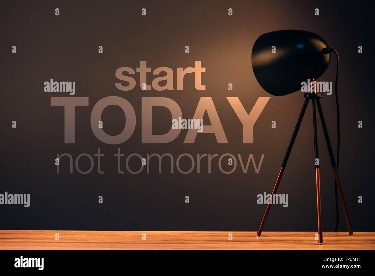 Empiece hoy, no mañana cita motivacionales en Office wall Imagen De Stock