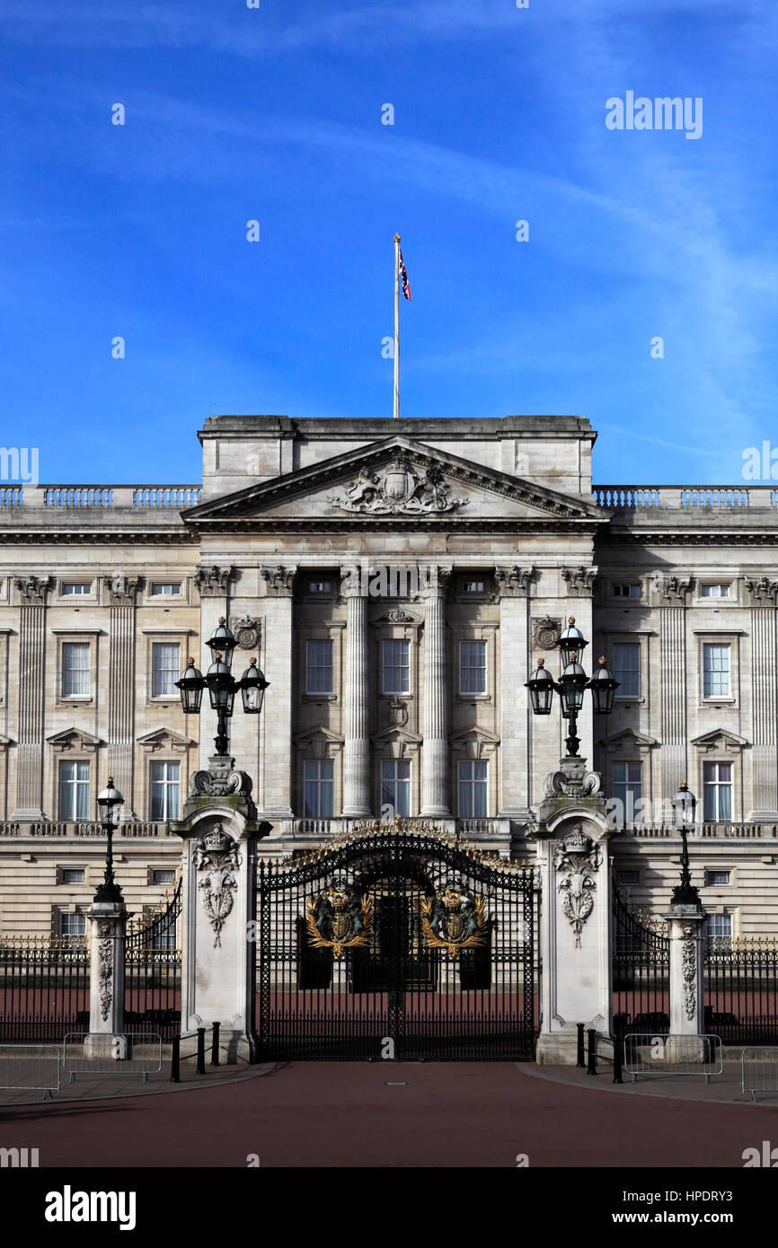 Verano vista de la fachada del Palacio de Buckingham, St James, Londres, Inglaterra, Reino Unido. Foto de stock