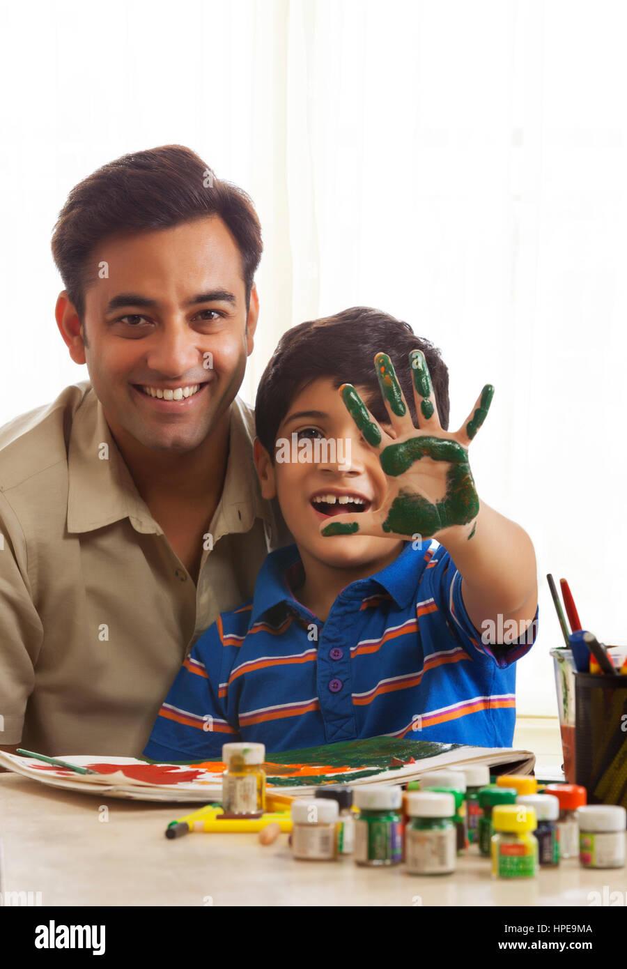 El padre y el hijo, pintar con los dedos juntos Imagen De Stock