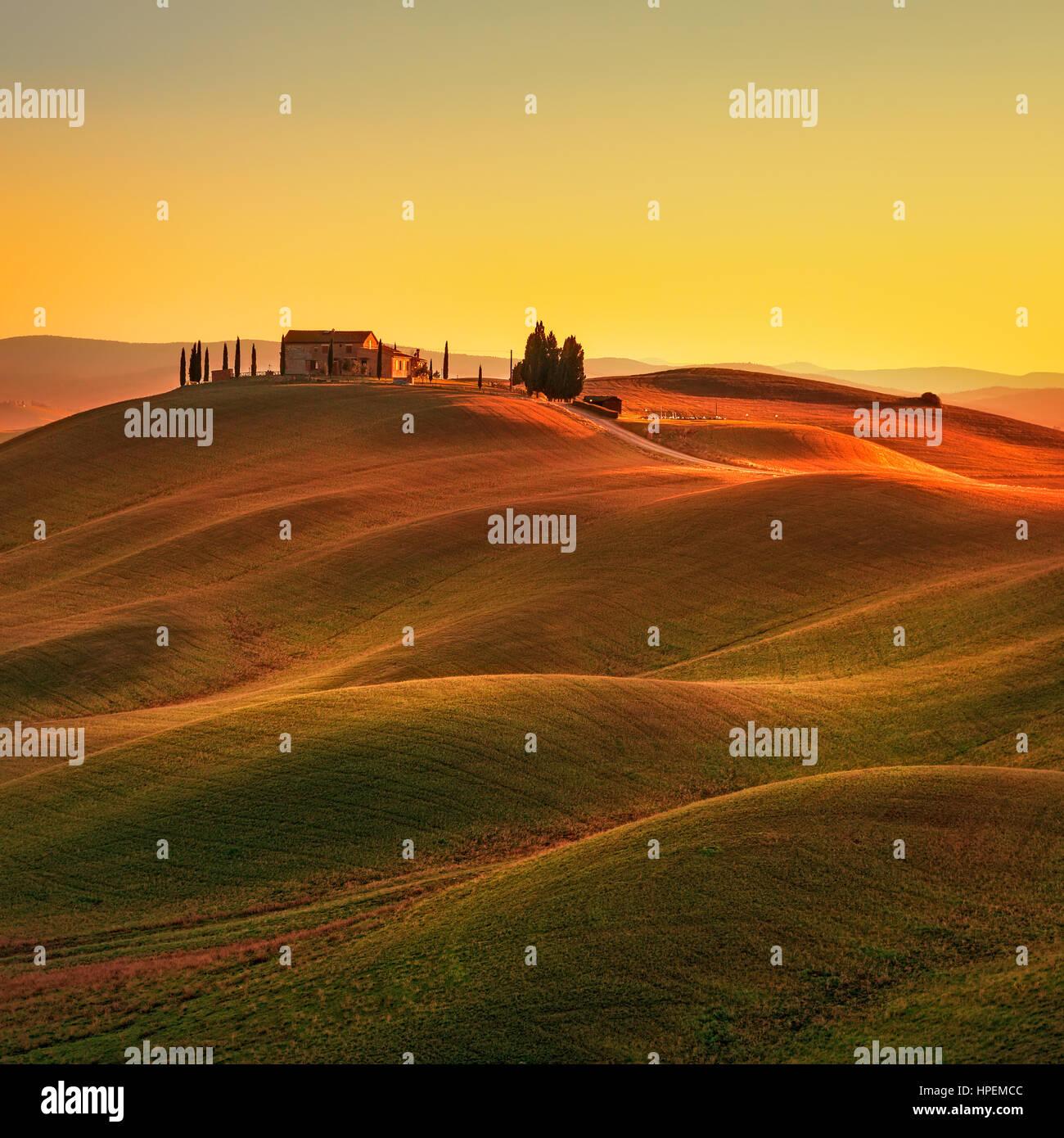 Toscana, paisaje rural en Crete Senesi tierra. Colinas, campo, granja de árboles cipreses, campo verde en un cálido Foto de stock