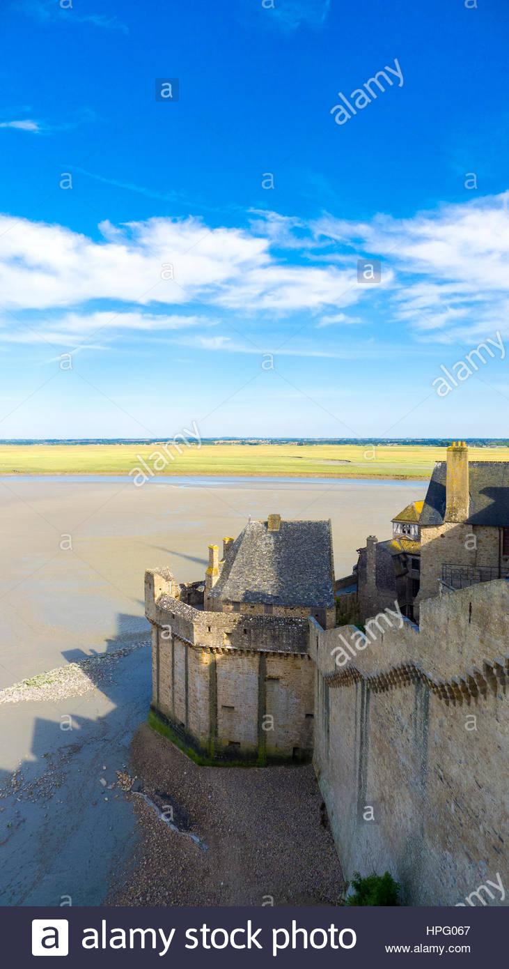 Francia, Normandía (Normandía), Manche el departamento, Le Mont-Saint-Miichel durante la marea baja. Foto de stock