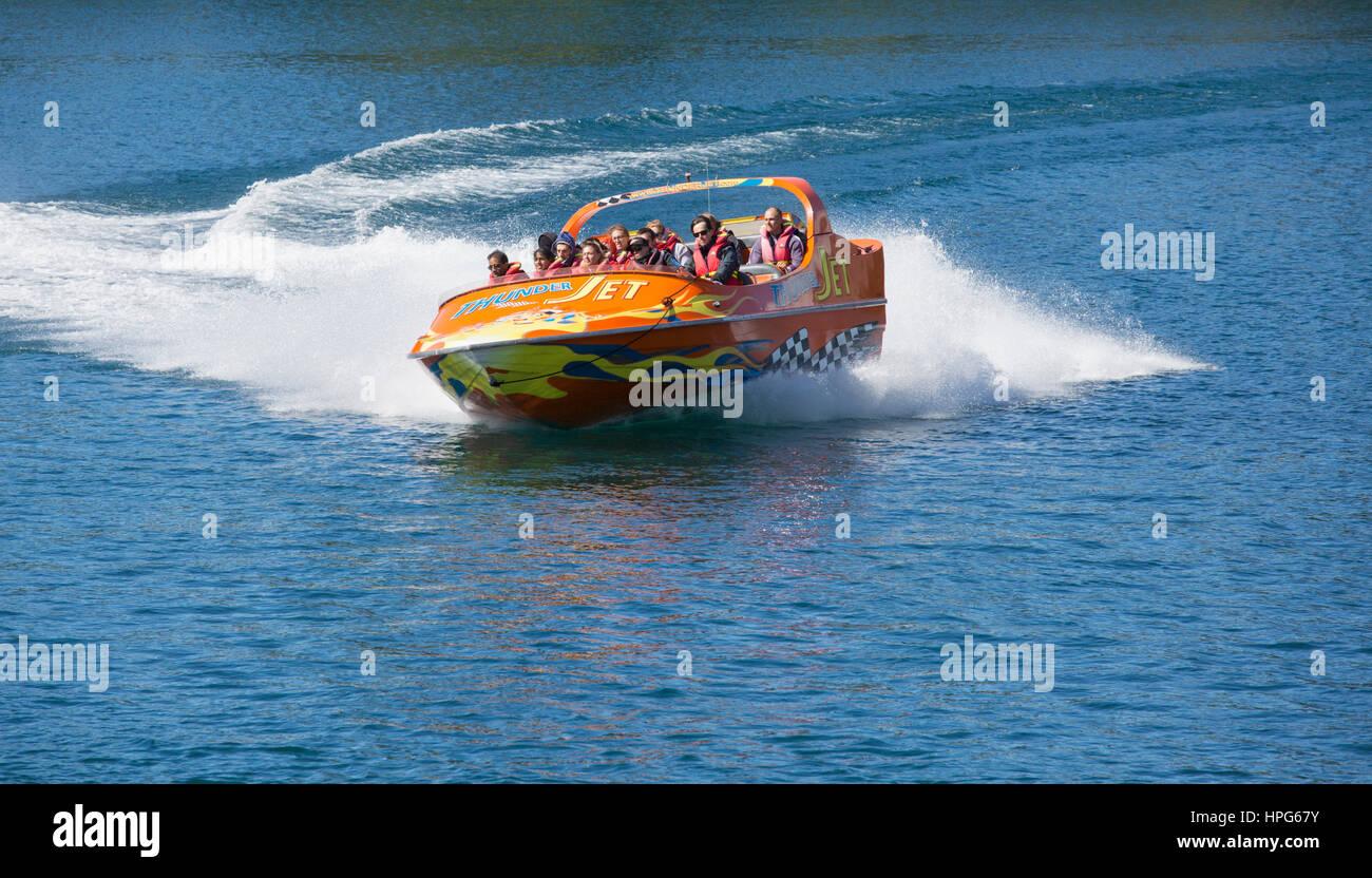 Queenstown, Otago, Nueva Zelanda. Thunder Jet boat acelerando a través de la Bahía de Queenstown, el Lago Imagen De Stock