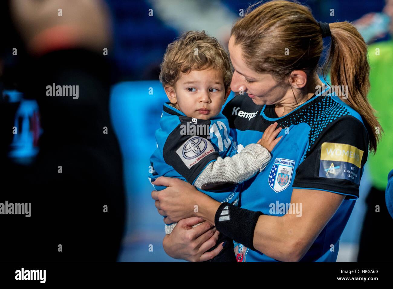 Octubre 16, 2015: Cristina Georgiana Varzaru #13 de CSM Bucarest con su hijo pequeño en el extremo de la mujer Imagen De Stock