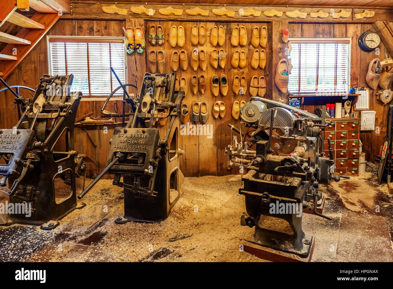 ZAANSE SCHANS, Holanda - Julio 08, 2015: Vintage máquinas herramientas en un pequeño taller en Zaanse Imagen De Stock
