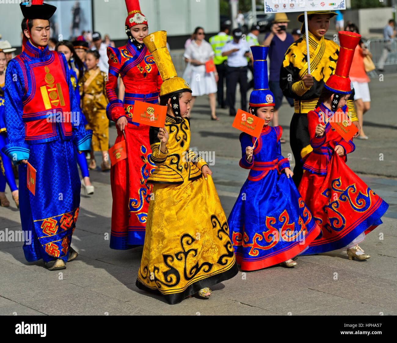 Niños y adolescentes en los tradicionales trajes, deel Festival traje nacional de Mongolia, Ulaanbaatar, Mongolia Imagen De Stock