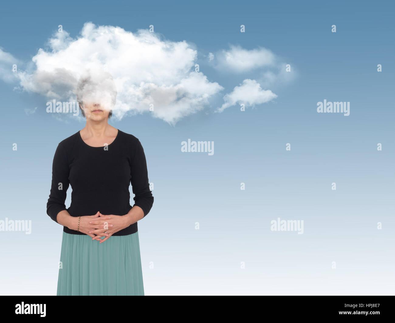 Mujer con la cabeza en las nubes en azul. Día sueños concepto, metáfora. Imagen De Stock