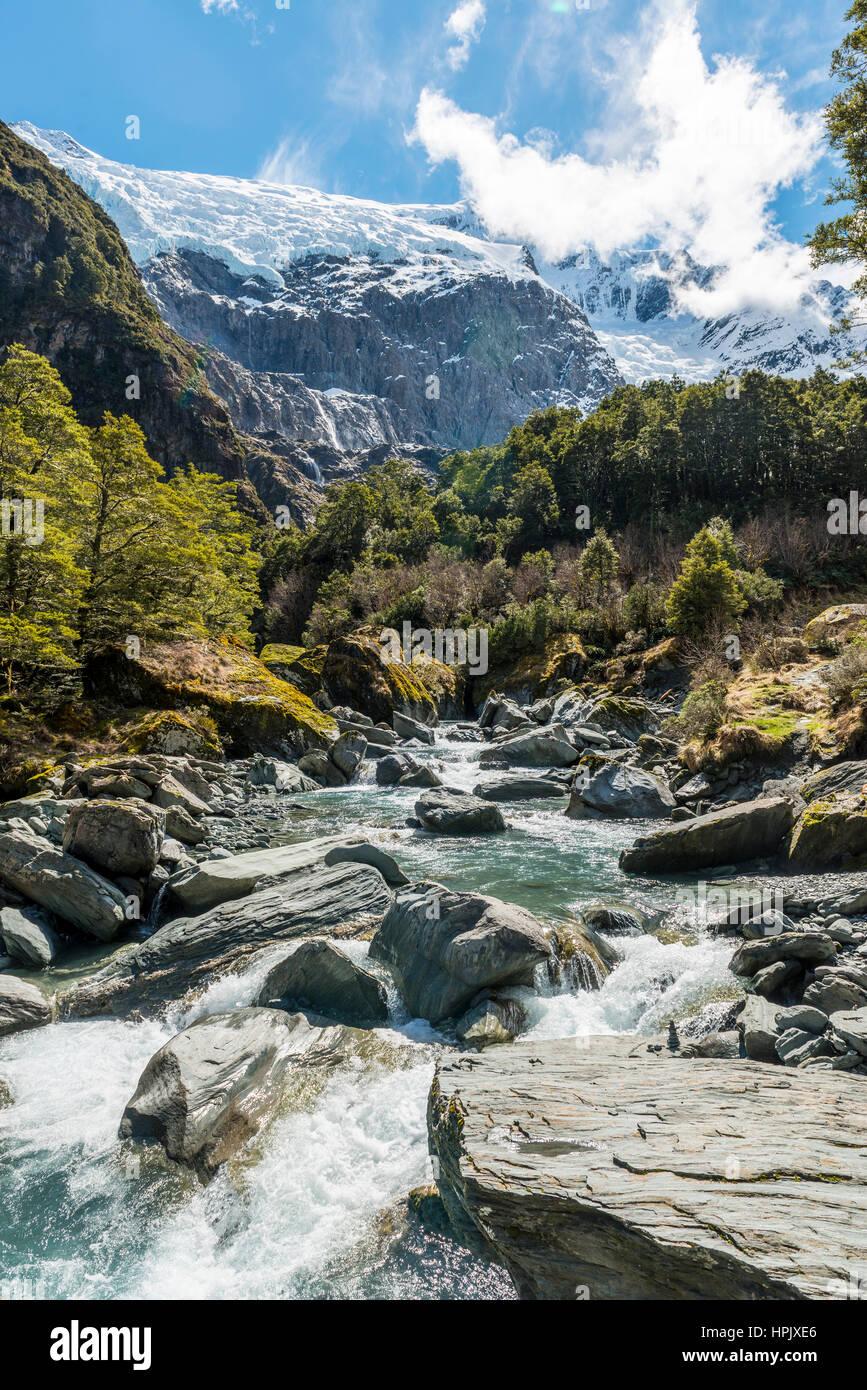 Río que fluye a través de las montañas glaciales, Rob Roy Glaciar, Parque Nacional Monte aspirantes, Imagen De Stock