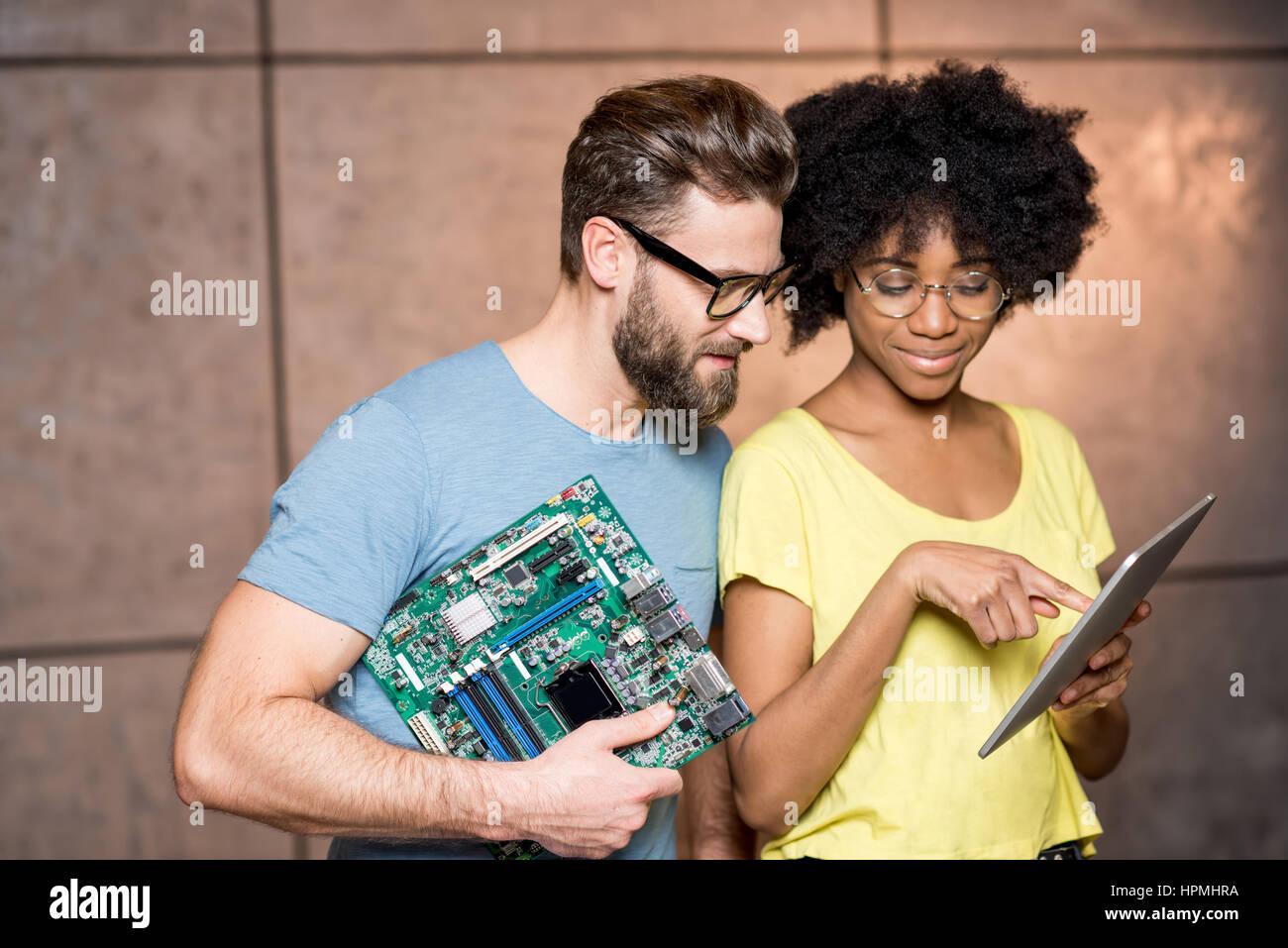 Programadores con la placa base del ordenador Imagen De Stock