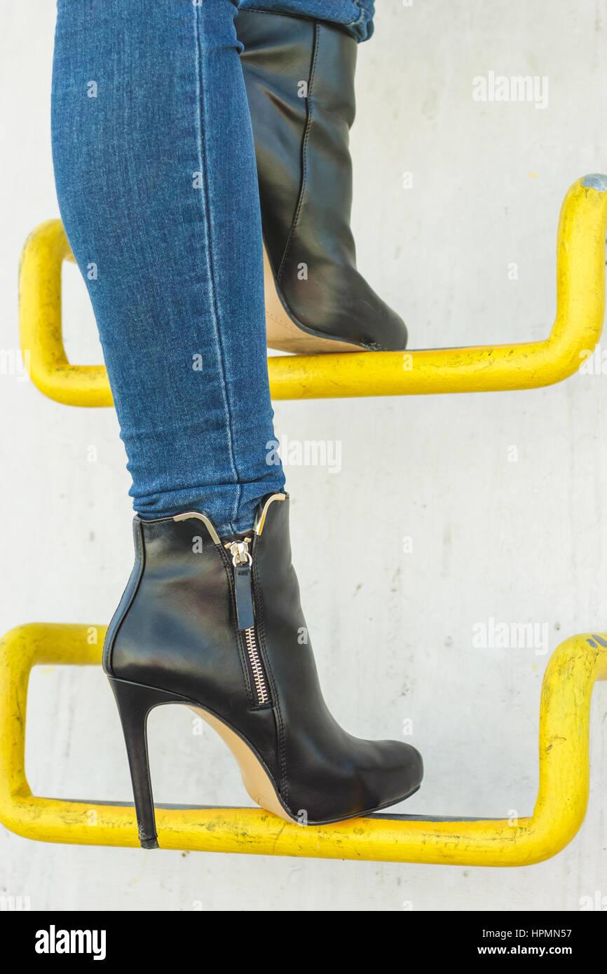 Ropa De Moda De Otono Moda Mujer De Largas Piernas En Pantalones De Mezclilla Elegante Negro Zapatos De Tacones Altos En El Exterior De Las Calles De La Ciudad Fotografia De Stock