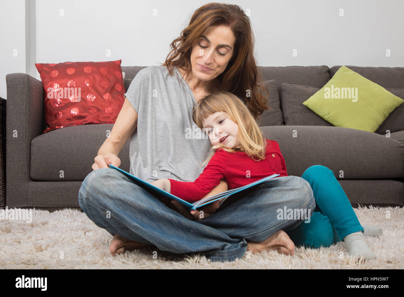 ab0b54fcf Mom Reading A Book Imágenes De Stock   Mom Reading A Book Fotos De ...