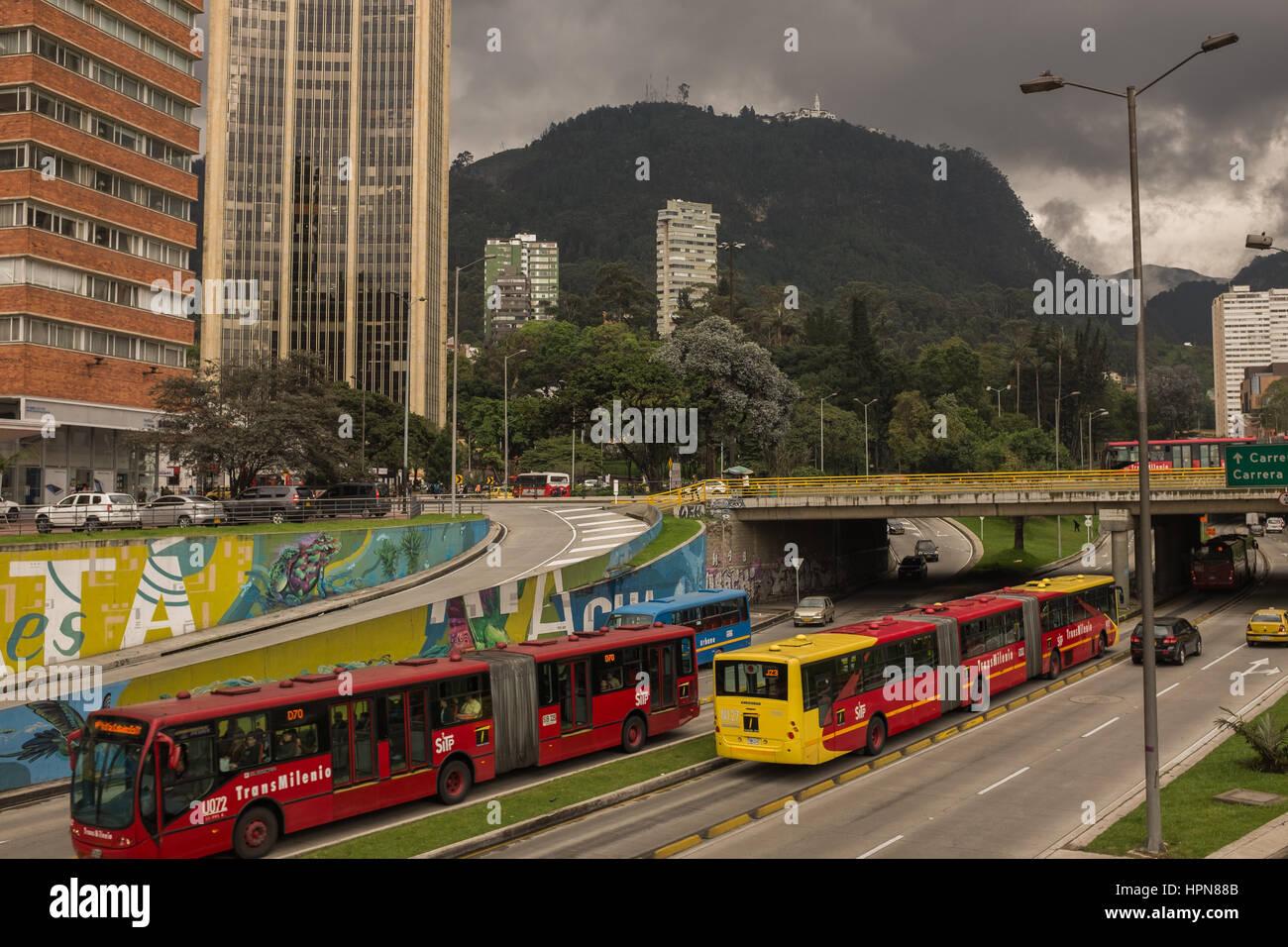 Bogota Colombia Del 19 De Enero De 2017 Calle 26 Transmilenio Bus Rapid Transit Brt Sistema Que Sirve Bogota Y El Cerro De Monserrate Fotografia De Stock Alamy