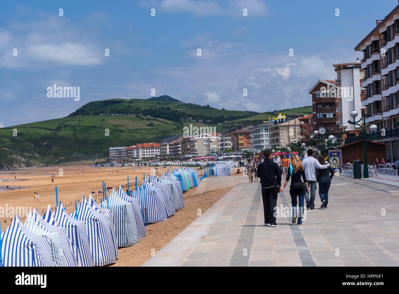 Paseo con caba a en la playa toldos en playa de zarautz gipuzkoa espa a foto imagen de - Toldos para la playa ...