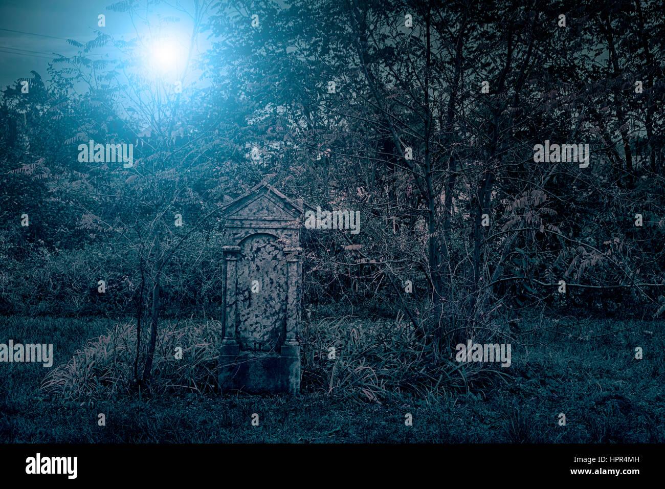 Spooky cementerio de noche Imagen De Stock