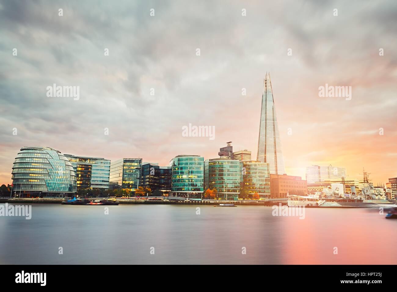 Skyline londinense con el Ayuntamiento y Shard en el sunset - El Reino Unido de Gran Bretaña e Irlanda del Imagen De Stock