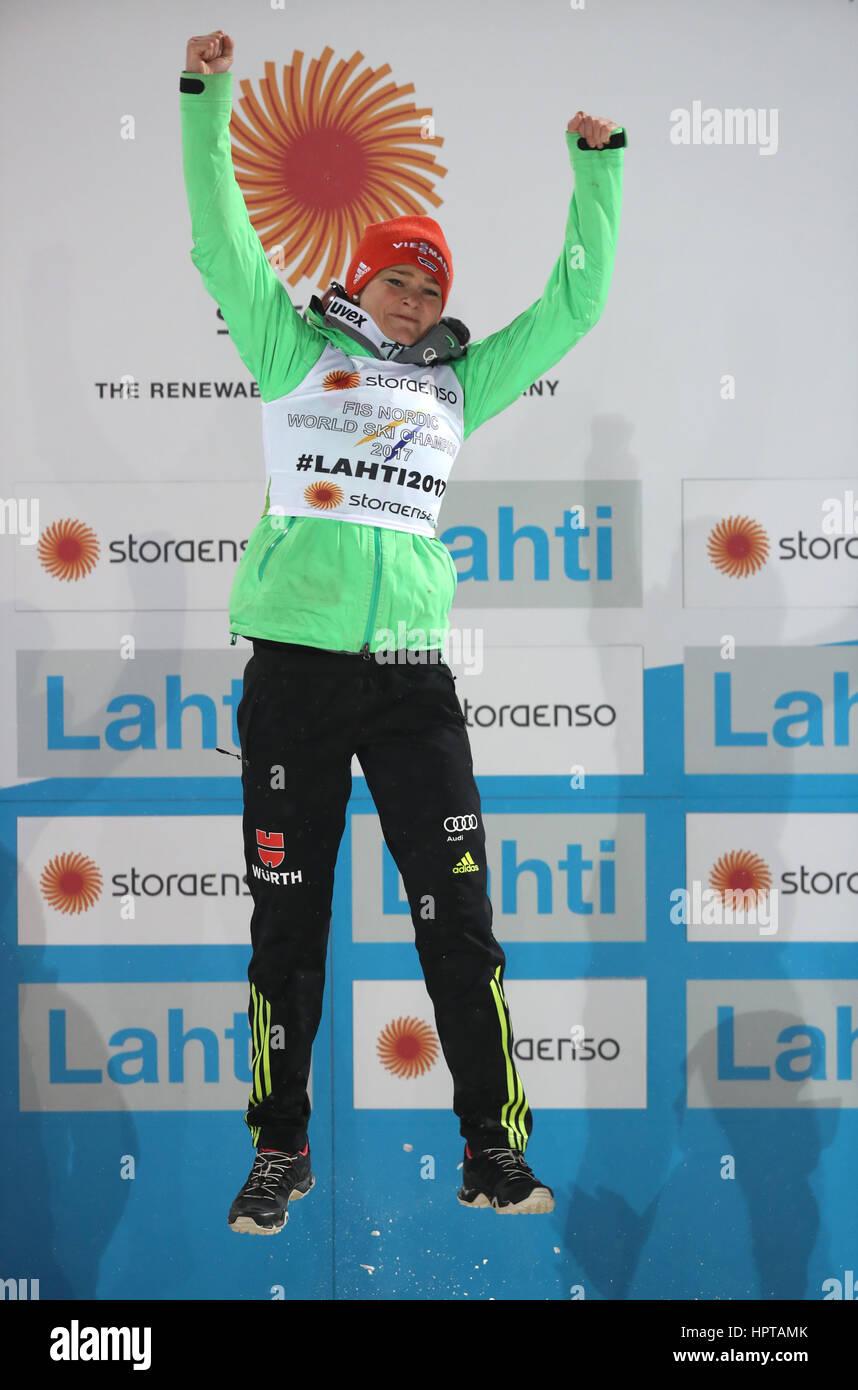 Lahti, Finlandia. 24 Feb, 2017. Alemán campeón del mundo Carina Vogt celebra en el Campeonato Mundial de Esquí Nórdico Foto de stock