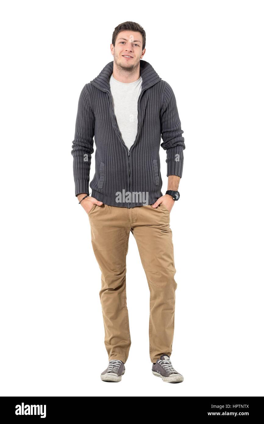04447d56f8881 Sonriente joven hombre casual en otoño de ropa mirando a la cámara.  Longitud de cuerpo completo retrato aislado sobre fondo blanco.