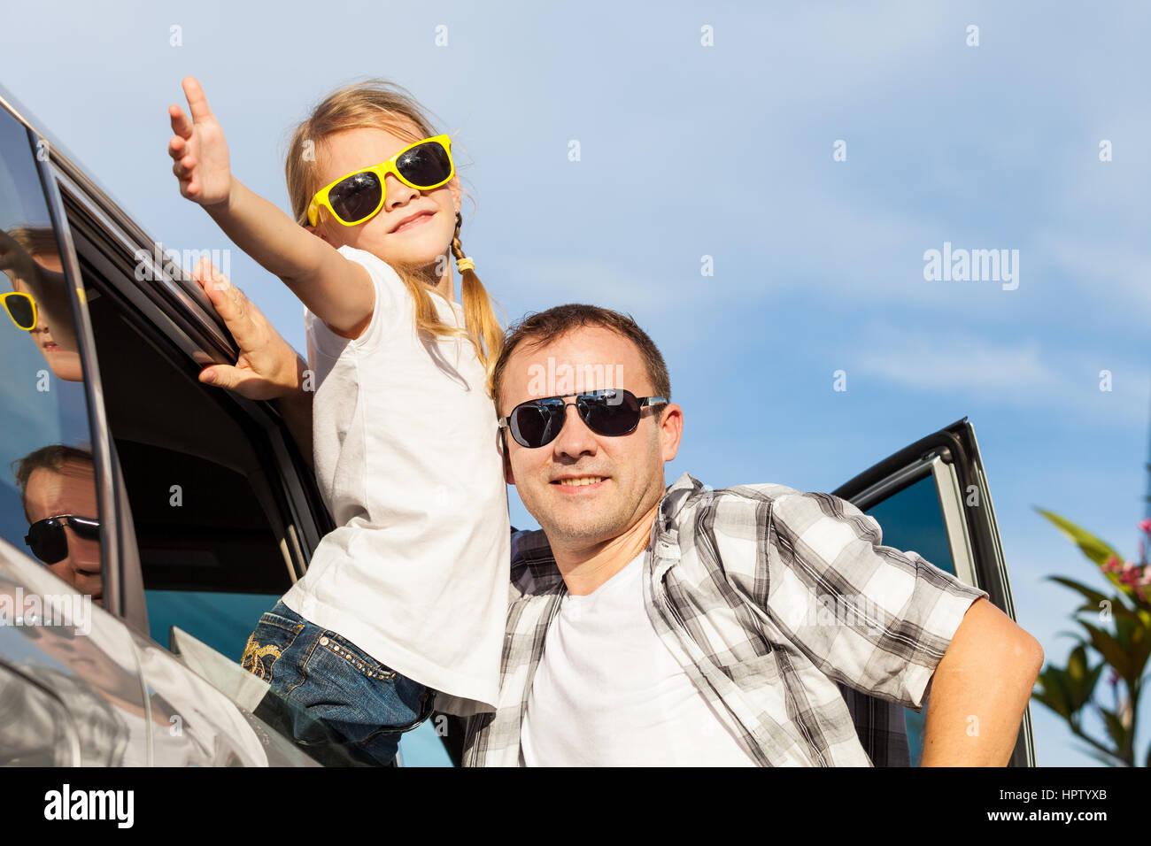 Padre e hija felices preparándose para el viaje por carretera en un día soleado. Concepto de ambiente Imagen De Stock