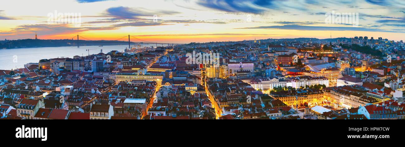 Vista panorámica de Lisboa en el hermoso atardecer. Portugal Foto de stock