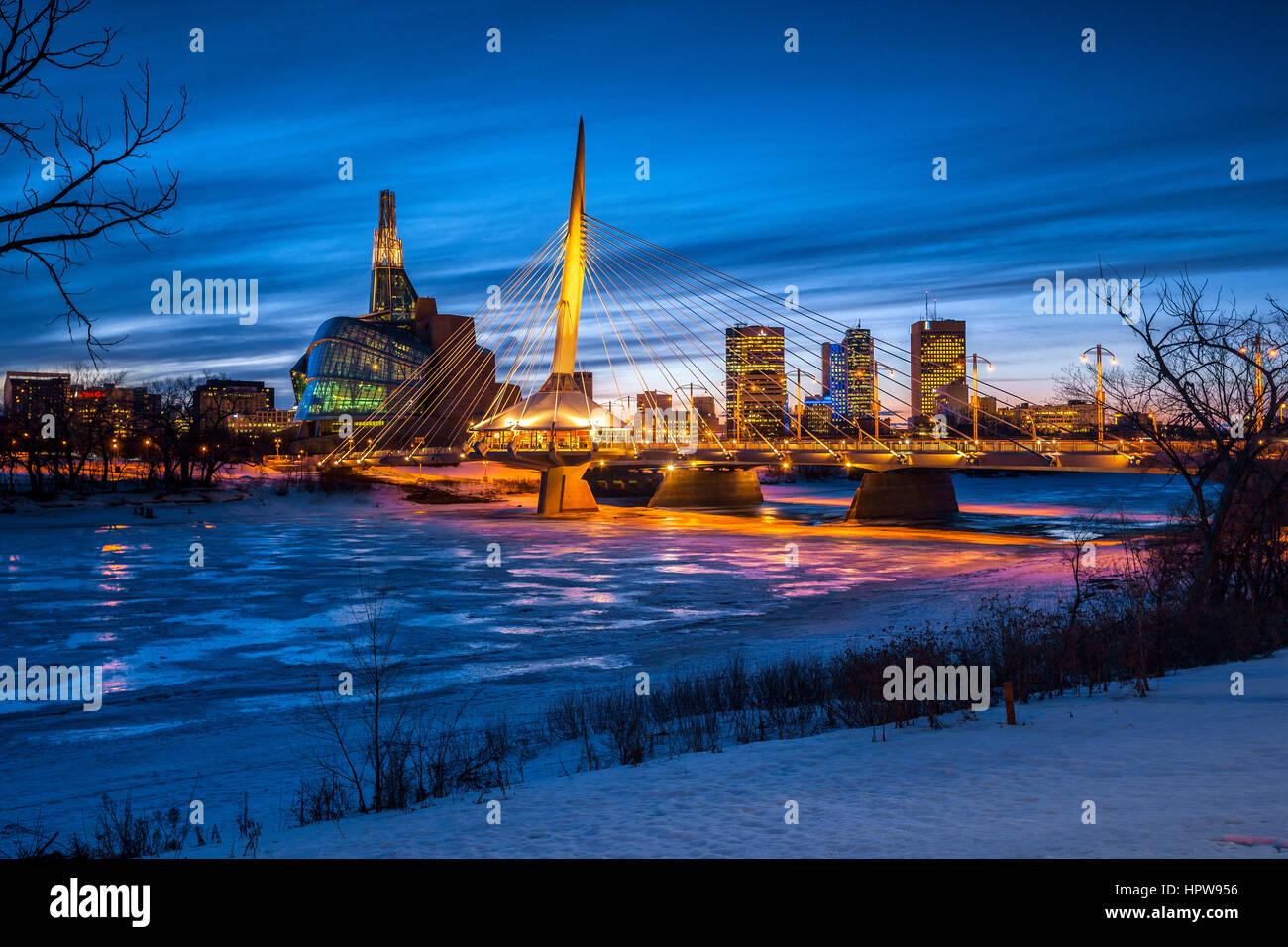 Winnipeg, iluminada Provencher Puente sobre el río rojo congelado en la noche. Foto de stock