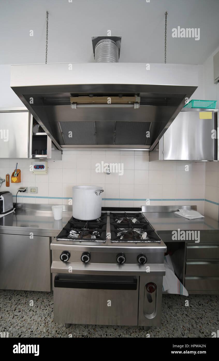 Cocina industrial con muebles de acero y una gran olla de aluminio ...