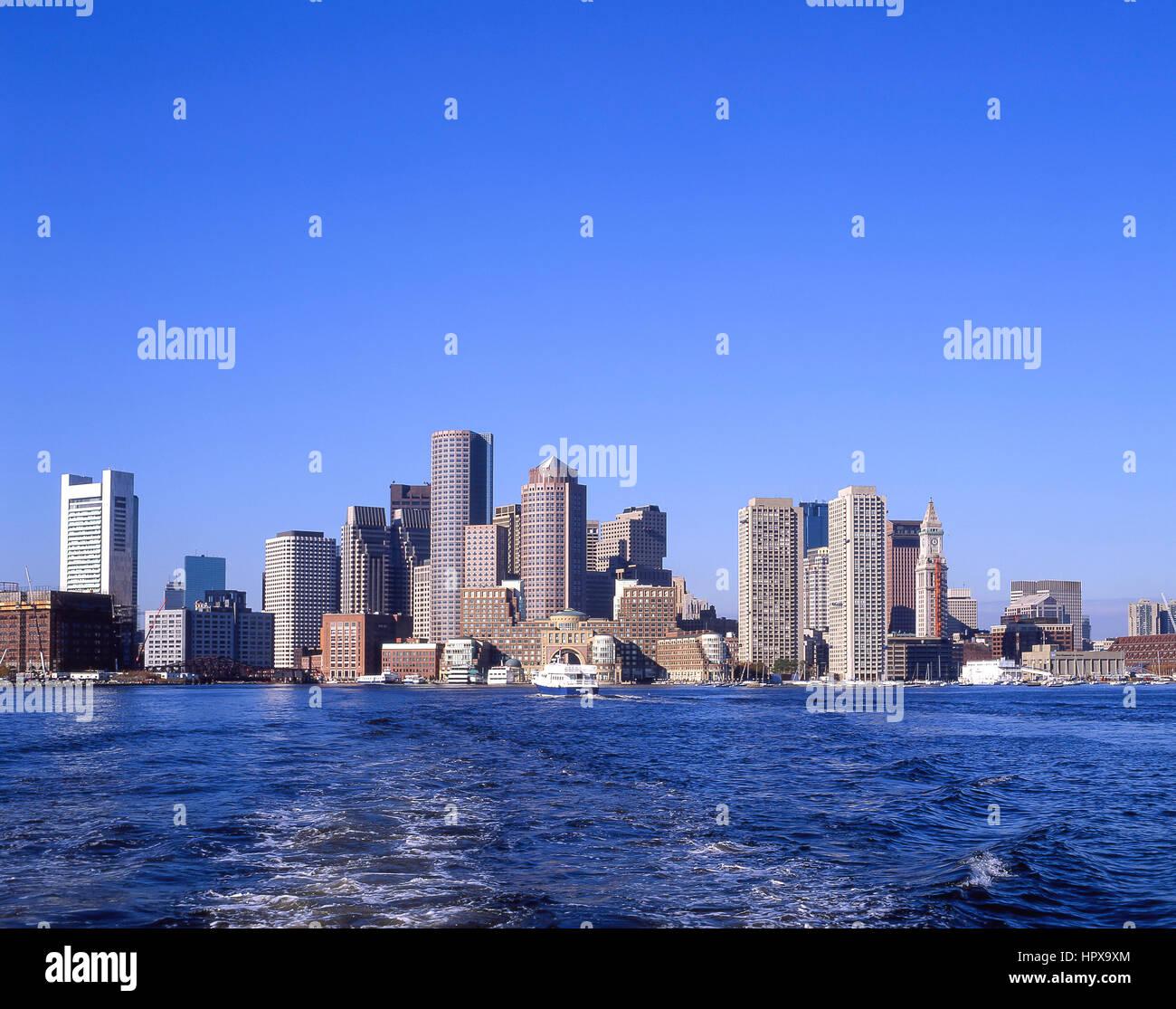 Vista de la ciudad desde el puerto de Boston, Boston, Massachusetts, Estados Unidos de América Imagen De Stock