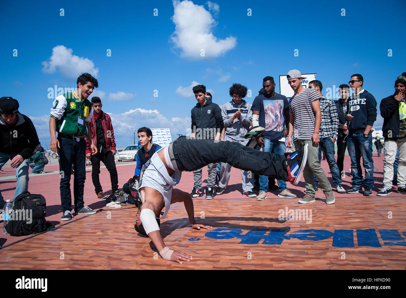 Libia, Trípoli: Chicos breakdance en un baile al aire libre y el parkour festival. Imagen De Stock