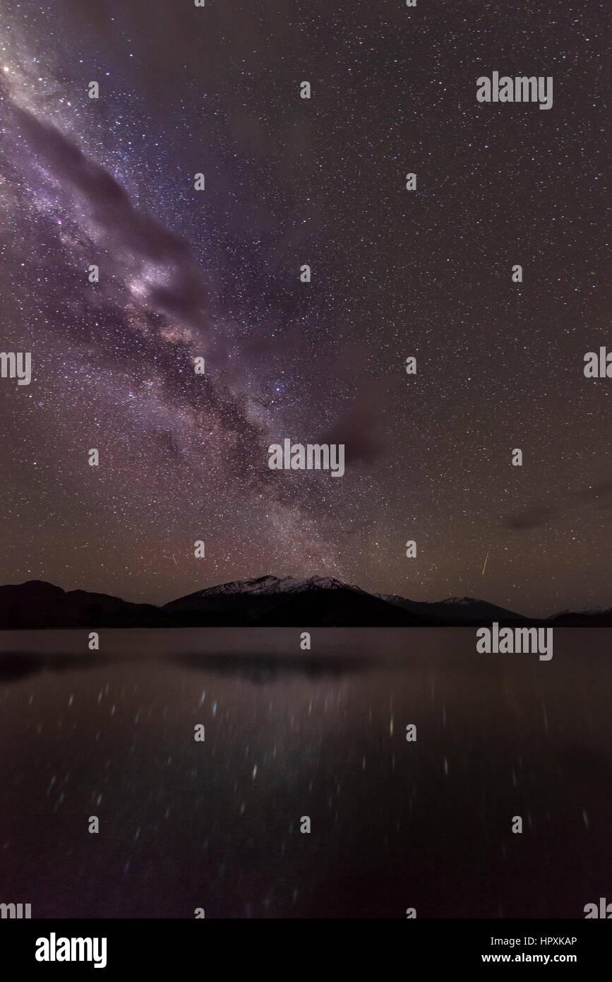 Escena nocturna, Lago Wanaka con estrellas, las estrellas de la Vía Láctea y el reflejo en el agua, Glendhu Imagen De Stock