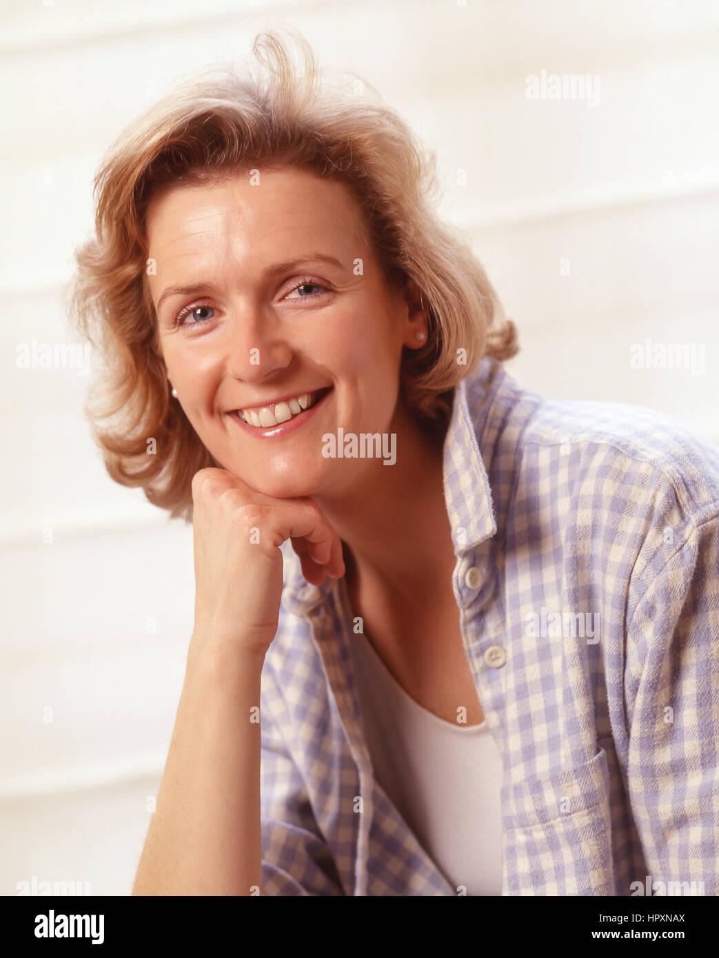 Mujer joven (30'S), Surrey, Inglaterra, Reino Unido Imagen De Stock