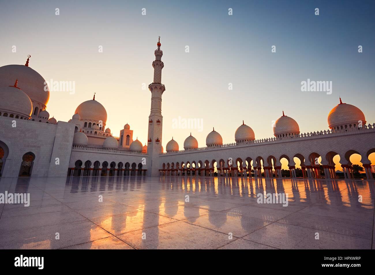 ABU DHABI, EMIRATOS ÁRABES UNIDOS - 19 de abril: el patio y el alminar de la Gran Mezquita de Sheikh Zayed Imagen De Stock