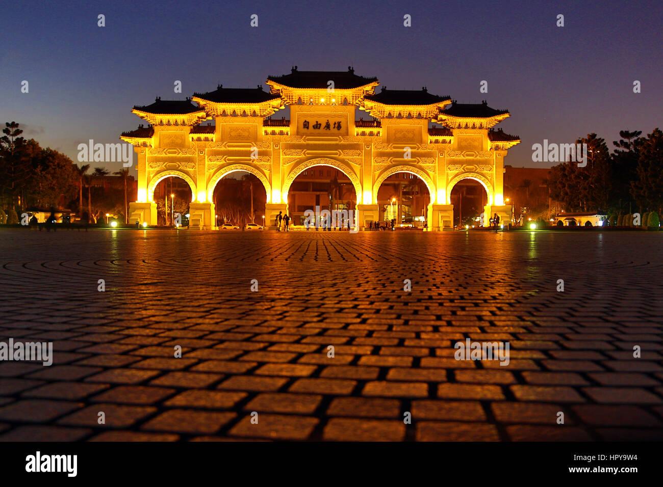 El National Chiang Kai Shek Memorial Hall principal puerta iluminada por la noche en Taipei, Taiwán. Imagen De Stock