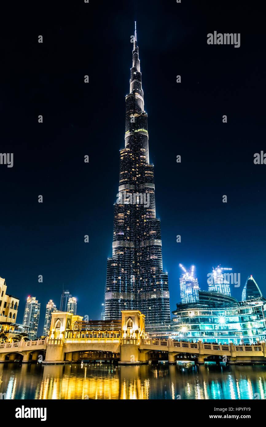 Vista de Burj Khalifa iluminado y un puente por la noche, Dubai, Emiratos Árabes Unidos Foto de stock
