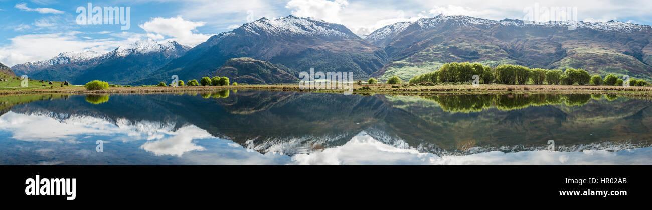 Cordillera reflejada en un lago, Valle Matukituki, Parque Nacional Monte aspirantes, Otago, Southland, Nueva Zelanda Imagen De Stock