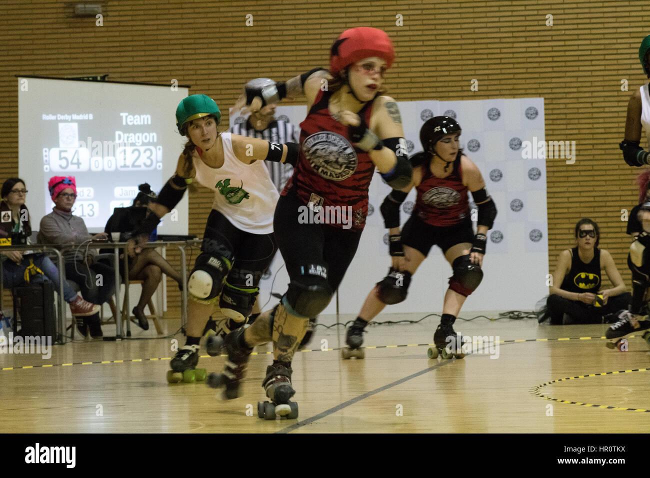 Madrid, España. 25 Feb, 2017. Hijas de Odin 78, jammer de Team Dragon, chaising la mordaza del rodillo Derby Imagen De Stock