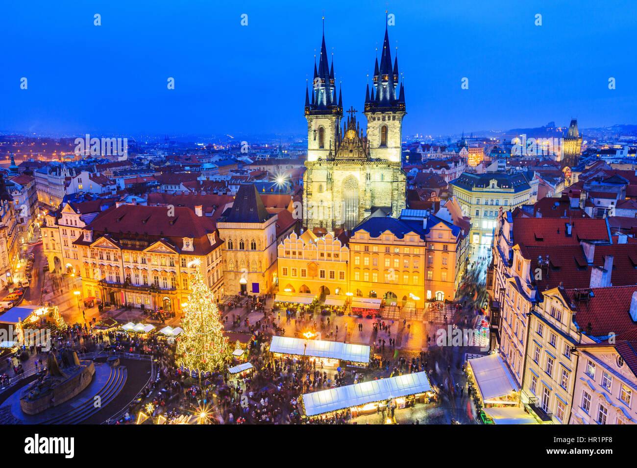 Praga, República Checa Repubilc. Mercado navideño en la Plaza de la Ciudad Vieja. Imagen De Stock
