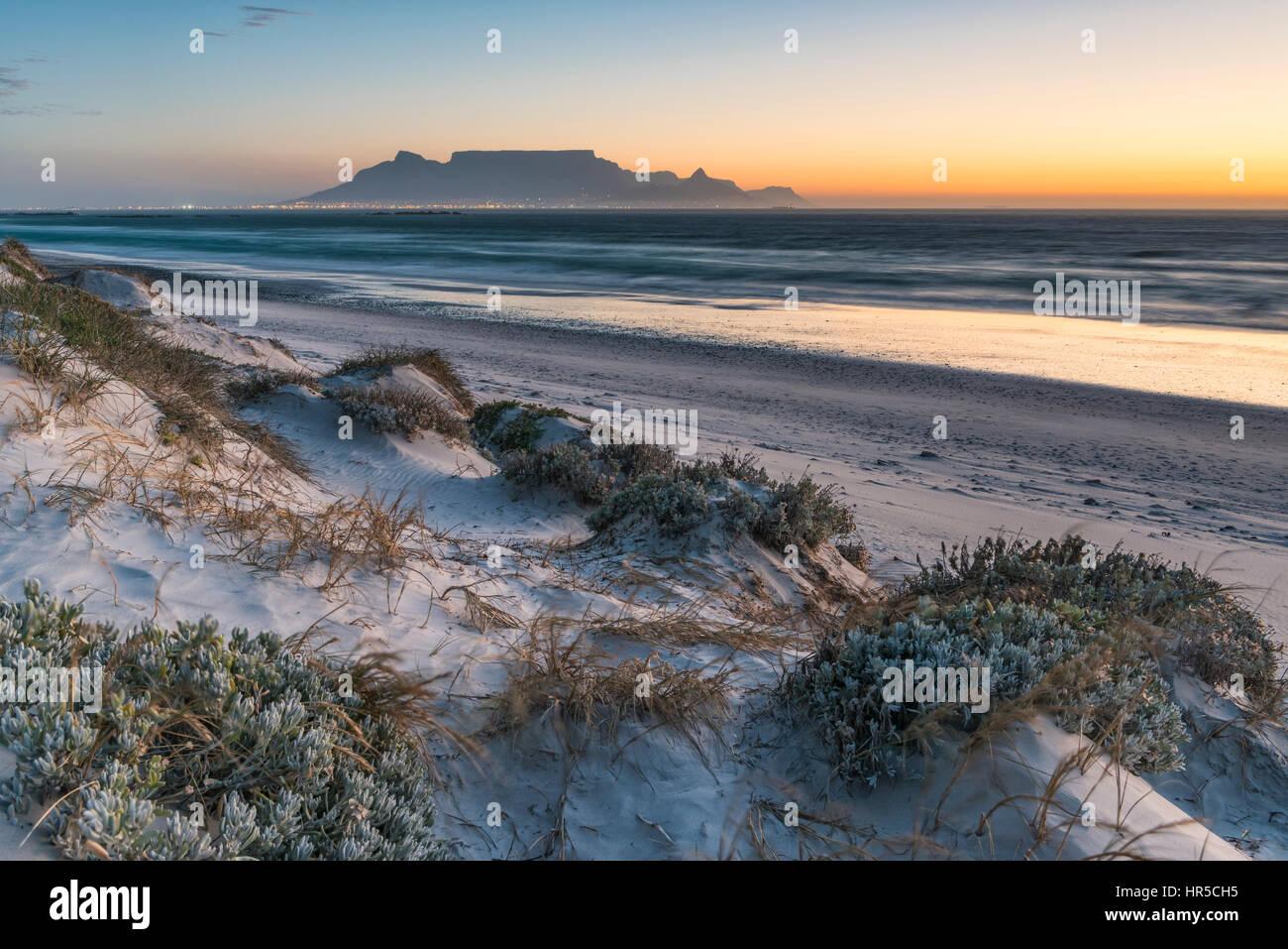 Vista de la Montaña de la Mesa durante la puesta de sol desde la Gran Bahía, Bloubergstrand, Cape Town, Imagen De Stock