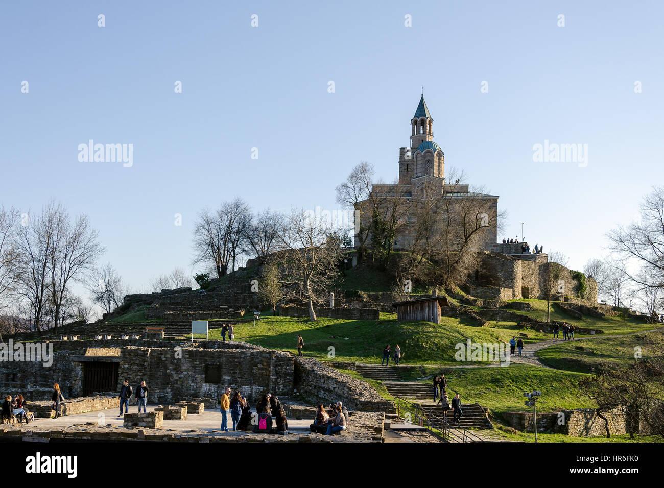 La Iglesia patriarcal en la Fortaleza de Tsarevets y turistas, Veliko Tarnovo, Bulgaria Foto de stock