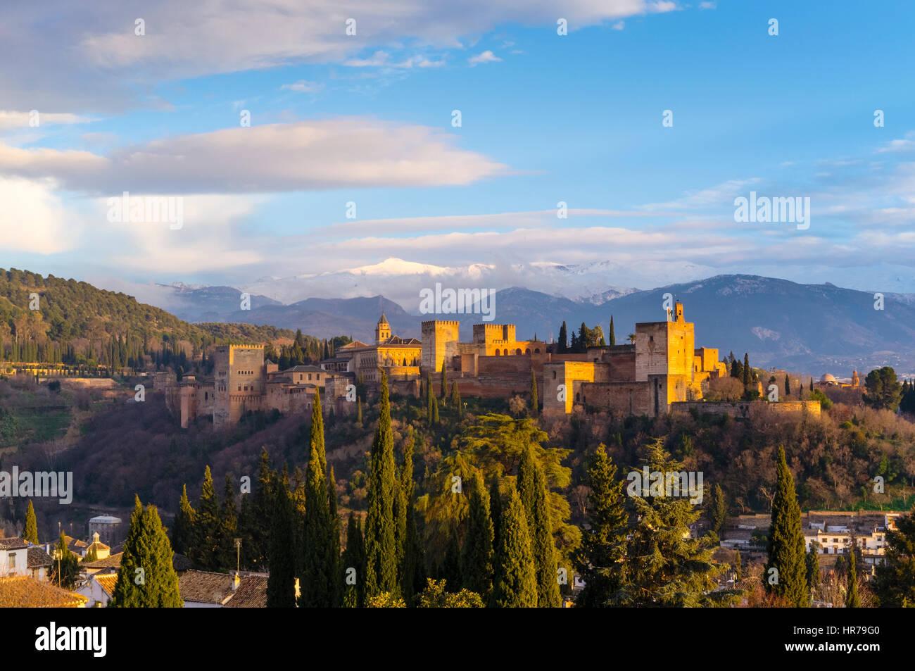 Palacio de la Alhambra al atardecer con nevadas montañas de Sierra Nevada en el fondo. Granada, Andalucía, Imagen De Stock