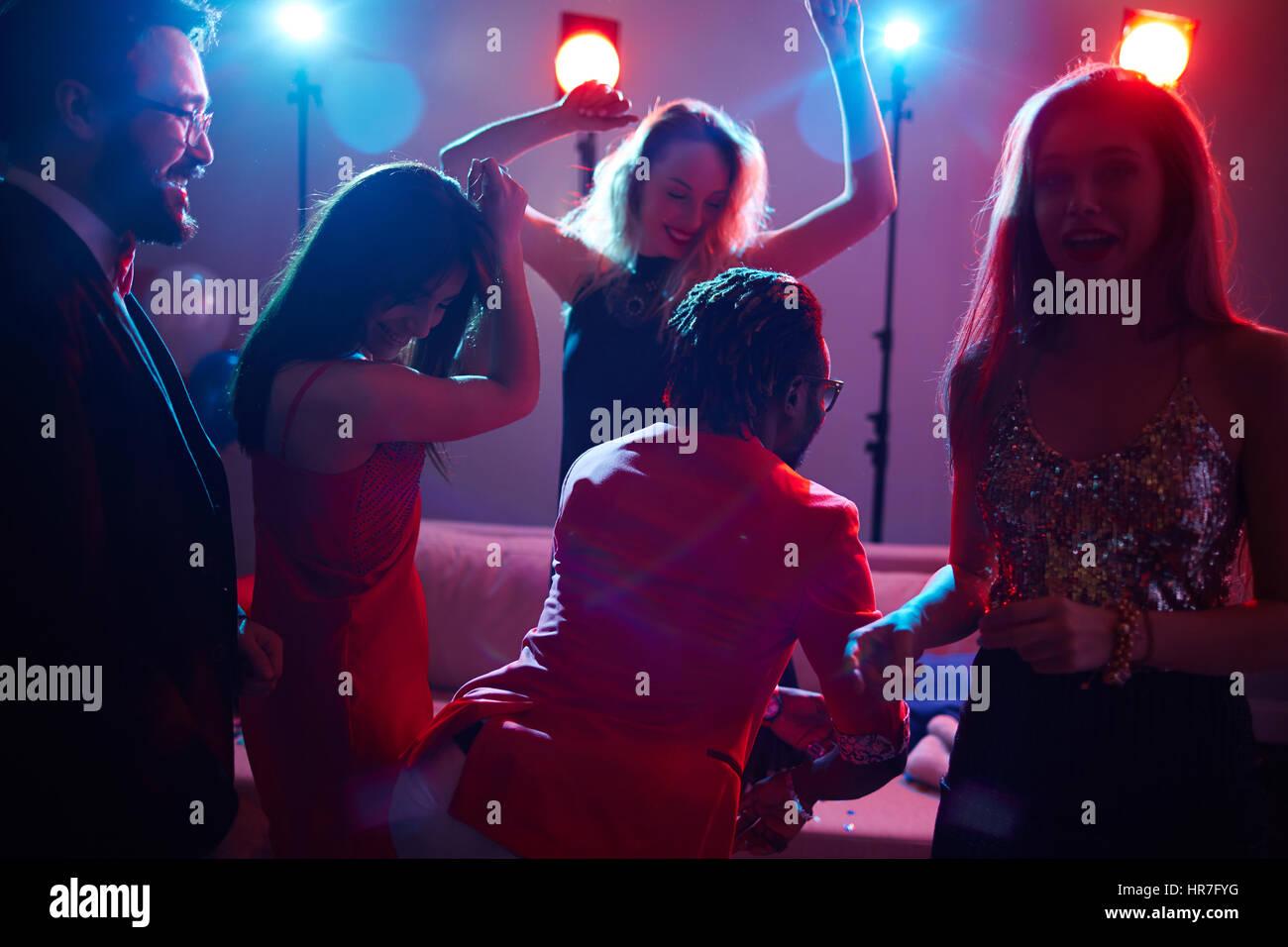 Partido en el club nocturno: grupo de Pretty Woman en vestidos a la ...