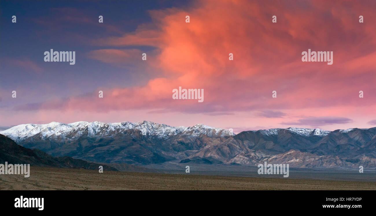 Nubes sobre rango Panamint al amanecer visto desde Mesquite Flat Dunas de Arena, el Valle de la Muerte, California, EE.UU. Foto de stock