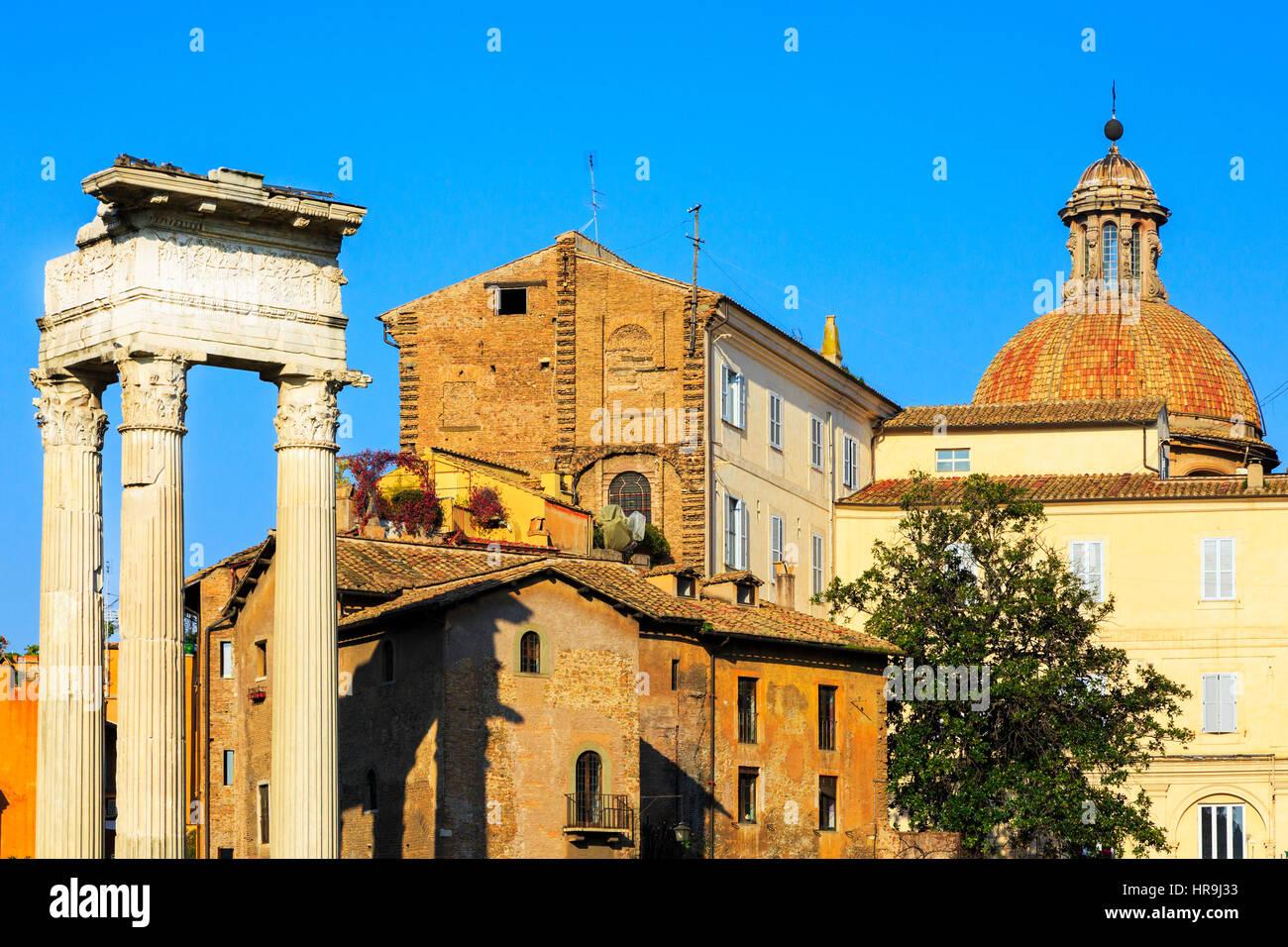 Detalles del edificio antiguo con pilares romanos en Via San Marco, Roma, Italia Imagen De Stock